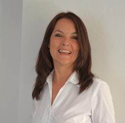 Logopädin in Bad Dürkheim - Foto von Tessy Holler, lange Haare und weisse Bluse