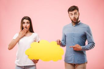 Bild zum Artikel Kommunikation und Gesundheit, Frau und Mann mit leerer Sprechblase, beim Stimm- und Sprechtraining